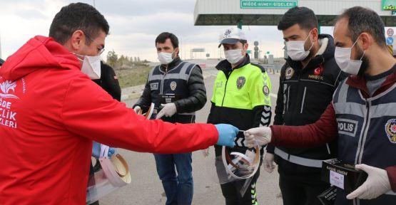 Gençlik Müdürlüğü'nden Sağlıkçılara ve Polislere Maske