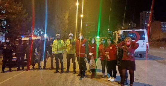 Kızılay'dan polislere çay ve börek ikramı