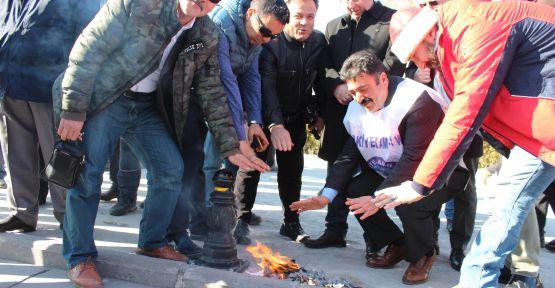 Maaş Bordrolarını Yaktılar! Isınarak Protesto Ettiler
