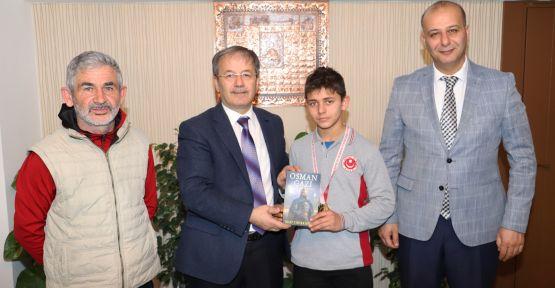 Milli Eğitim Müdüründen  Şampiyon Halterciye Tebrik
