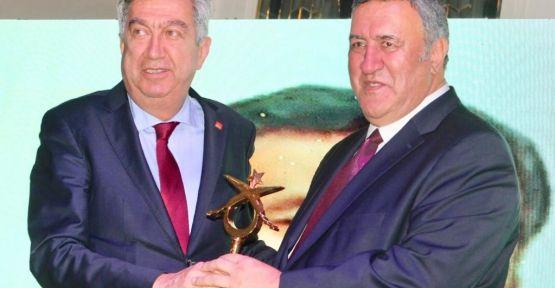 Ömer Fethi Gürer'e Yılın En Çalışkan Milletvekili Ödülü