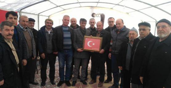 Şehit Babasına Türk Bayrağı