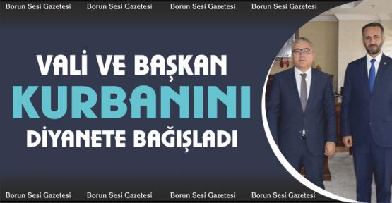Vali ve Başkan Kurbanını Türkiye Diyanet Vakfına bağışladı